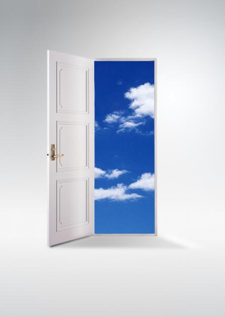 白いドアと空