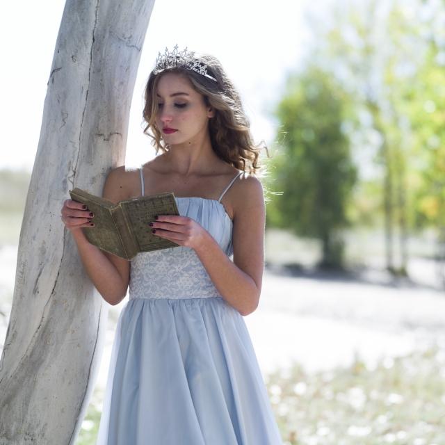 木陰で本を読む女性
