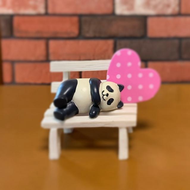 寝そべるパンダ