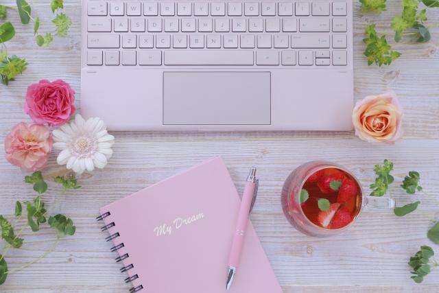 パソコンとピンクのノート